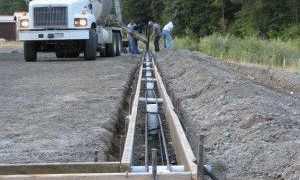 Фундамент под забор из профнастила: подготовка, инструкция по монтажу каркаса, креплению опалубки и установки листов, инструменты