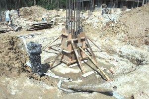 Заливка столба в опалубке