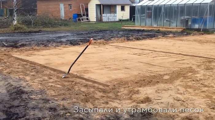 Утрамбованная песчаная подушка для плитного фундамента