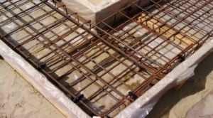 Проведение армирования после обустройства подушки под фундаментную основу