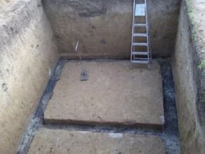 Траншея под ленточный фундамент в погребе