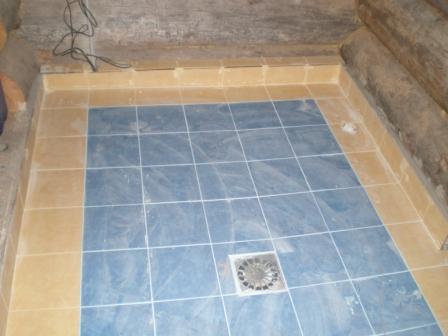 Кафельный пол в бане на сваях со сливом