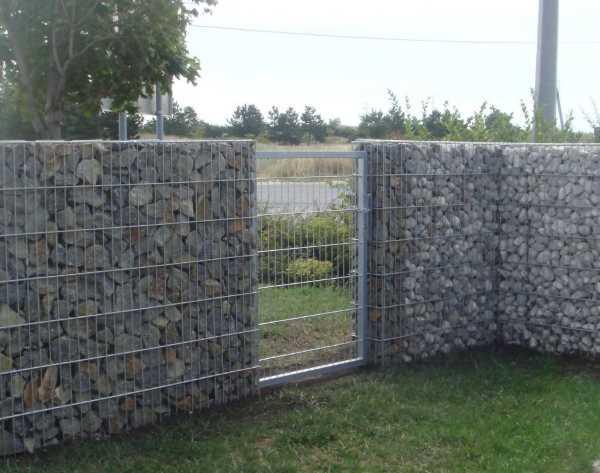 Калитка в габионом заборе