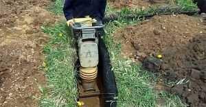 Узкая трамбовочная машина для уплотнения грунта в траншее
