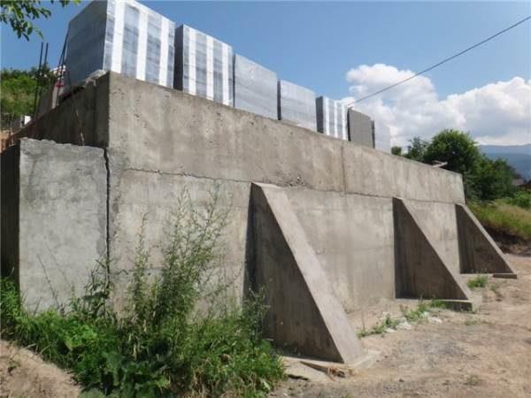 Подпорная стенка с контрфорсами