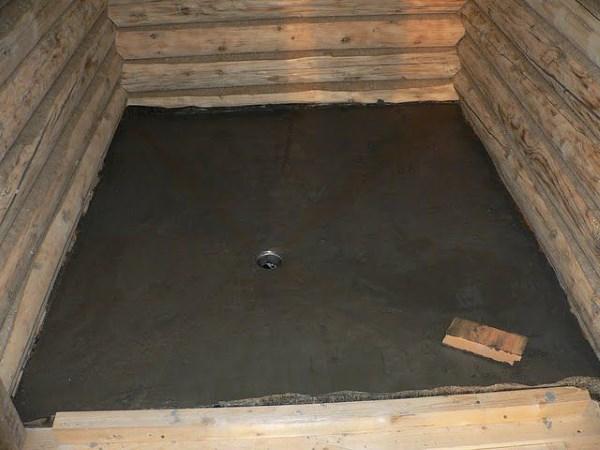 Организация слива в бане на винтовых сваях с помощью стяжки