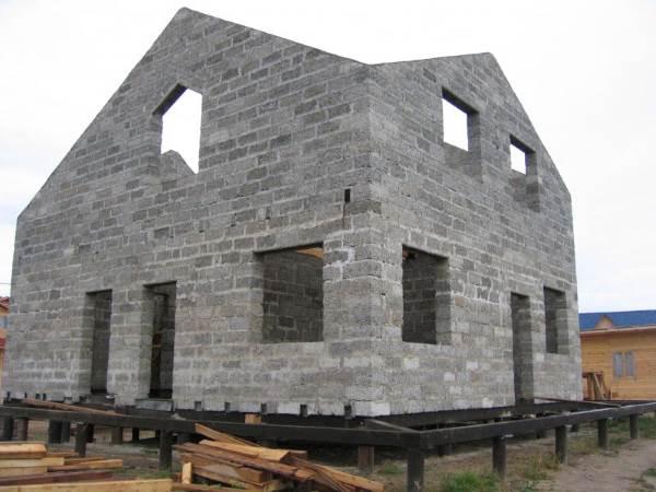 Каменный дом на свайно-винтовом фундаменте